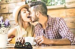 Pares de la moda de los jóvenes de amantes a los principios de la historia de amor Fotografía de archivo