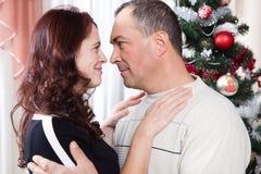 Pares de la Navidad Familia sonriente feliz en casa que celebra Gente del Año Nuevo Fotos de archivo
