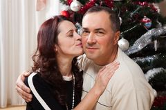 Pares de la Navidad Familia sonriente feliz en casa que celebra Gente del Año Nuevo Imagen de archivo