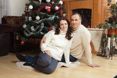 Pares de la Navidad Familia sonriente feliz en casa que celebra Gente del Año Nuevo Foto de archivo libre de regalías