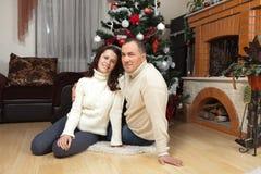 Pares de la Navidad Familia sonriente feliz en casa que celebra Gente del Año Nuevo Fotografía de archivo