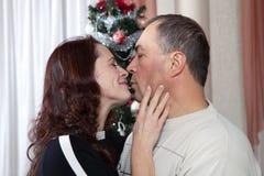 Pares de la Navidad Familia sonriente feliz en casa que celebra Gente del Año Nuevo Imágenes de archivo libres de regalías