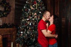 Pares de la Navidad Familia sonriente feliz en casa que celebra Gente del Año Nuevo Fotos de archivo libres de regalías