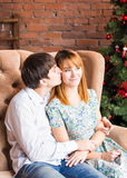 Pares de la Navidad Familia sonriente feliz en casa que celebra Gente del Año Nuevo Fotografía de archivo libre de regalías