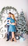 Pares de la Navidad Familia sonriente feliz en el país Fotos de archivo libres de regalías