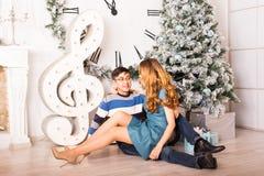 Pares de la Navidad Familia sonriente feliz en el país Fotografía de archivo libre de regalías