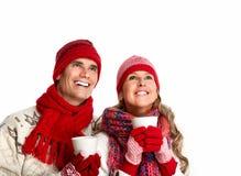 Pares de la Navidad que beben té caliente. Imagen de archivo