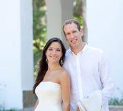 Pares de la novia apenas casados en mediterráneo Imágenes de archivo libres de regalías