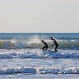 Pares de la persona que practica surf Fotografía de archivo
