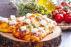 Pares de la pizza con las aceitunas y del margherita en la madera Imagen de archivo