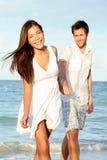 Pares de la playa felices Imagen de archivo