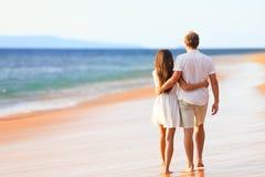 Pares de la playa que caminan en viaje romántico Foto de archivo