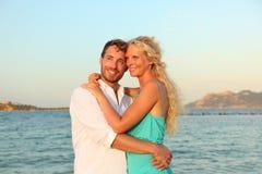 Pares de la playa románticos en amor en la puesta del sol Foto de archivo