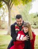 Pares de la raza mixta que comparten la Navidad o a tarjetas del día de San Valentín  Imagen de archivo libre de regalías