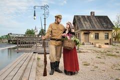 Pares de la señora y del soldado en cuadro retro del estilo Fotos de archivo