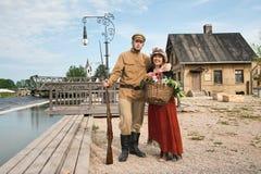 Pares de la señora y del soldado en cuadro retro del estilo Fotos de archivo libres de regalías