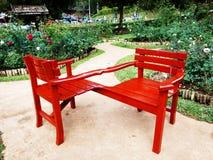 Pares de la silla roja en jardín Imágenes de archivo libres de regalías