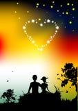Pares de la silueta de los amantes, puesta del sol en naturaleza Imagenes de archivo