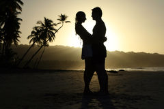 Pares de la silueta en la playa Fotografía de archivo