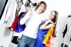 Pares de la sonrisa que hacen compras en la alameda Imagenes de archivo