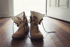 Pares de las botas de cuero llevadas de los hombres en la entrada del hogar Fotos de archivo libres de regalías