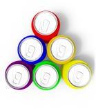 Pares de las latas coloridas de la bebida, aislados en el fondo blanco Imagen de archivo libre de regalías