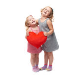 Pares de las niñas jovenes que se colocan sobre fondo blanco aislado Fotografía de archivo libre de regalías