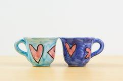 Pares de las tazas de café coloridas Fotos de archivo libres de regalías