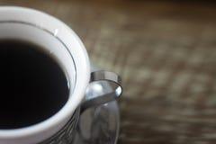 Pares de las tazas de café coloridas sobre una tabla blanco y negro imagenes de archivo