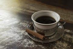 Pares de las tazas de café coloridas sobre una tabla blanco y negro imagen de archivo