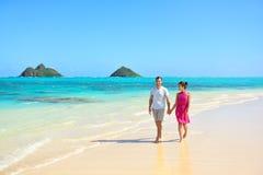 Pares de las vacaciones de verano que caminan en la playa de Hawaii Imágenes de archivo libres de regalías