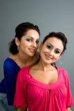 Pares de latinas atractivos Imagenes de archivo
