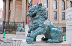Pares de leones chinos del metal fotografía de archivo