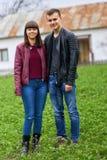 Pares de los adolescentes al aire libre Imágenes de archivo libres de regalías