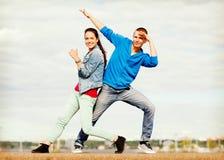 Pares de los adolescentes que bailan afuera Imágenes de archivo libres de regalías