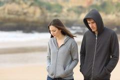 Pares de los adolescentes que caminan tristes Imagen de archivo libre de regalías