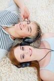 Pares de los adolescentes que escuchan la música Fotografía de archivo