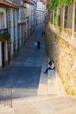Pares de los amantes adolescentes que se sientan en la escalera, Santiago Fotos de archivo