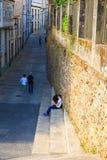 Pares de los amantes adolescentes que se sientan en la escalera, Santiago Fotos de archivo libres de regalías