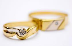 Pares de los anillos de oro Imágenes de archivo libres de regalías