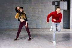 Pares de los bailarines talentosos que realizan el hip-hop Fotografía de archivo libre de regalías