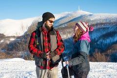 Pares de los caminantes que exploran la montaña nevosa Foto de archivo
