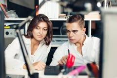 Pares de los diseñadores jovenes que trabajan en la oficina moderna imágenes de archivo libres de regalías