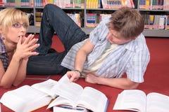 Pares de los estudiantes que se preparan al examen Fotografía de archivo libre de regalías