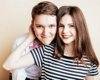 Pares de los estudiantes sonrientes felices de los adolescentes, colores calientes que tienen a Imagenes de archivo
