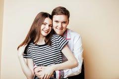 Pares de los estudiantes sonrientes felices de los adolescentes, colores calientes que tienen a Imagen de archivo