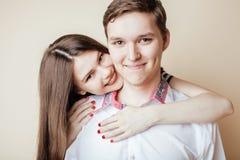 Pares de los estudiantes sonrientes felices de los adolescentes, colores calientes que tienen un beso, concepto de la gente de la Foto de archivo libre de regalías