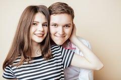 Pares de los estudiantes sonrientes felices de los adolescentes, colores calientes que tienen un beso, concepto de la gente de la Fotos de archivo libres de regalías