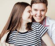 Pares de los estudiantes sonrientes felices de los adolescentes, colores calientes que tienen un beso, concepto de la gente de la Imagen de archivo