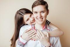Pares de los estudiantes sonrientes felices de los adolescentes, colores calientes que tienen un beso, concepto de la gente de la Imagen de archivo libre de regalías